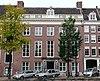 foto van Dubbel huis met gevel onder rechte lijst met balustrade