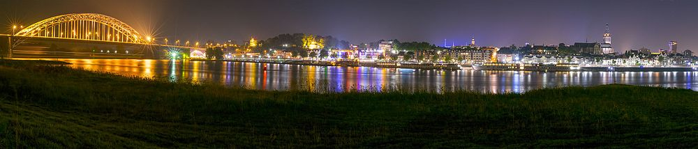 Nachtfoto van Nijmegen genomen aan de kant van Lent