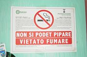 """A no-smoking sign in both Sardinian (which reads """"You can not smoke"""") and Italian (which reads """"It is forbidden to smoke"""")."""
