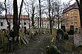 Old Jewish Cemetery, Prague (2) (25913259910).jpg