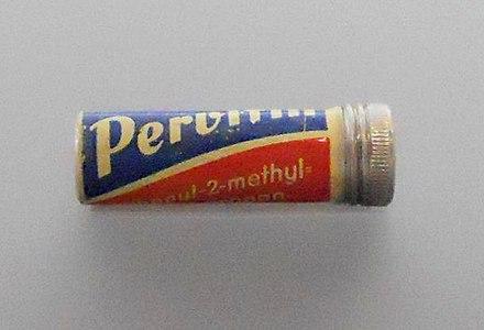 ドイツのメタンフェタミン錠剤「Pervitin」のケース。中の錠剤の色はチョコレート色であり、見た目よりタンクチョコレートと呼ばれていた。