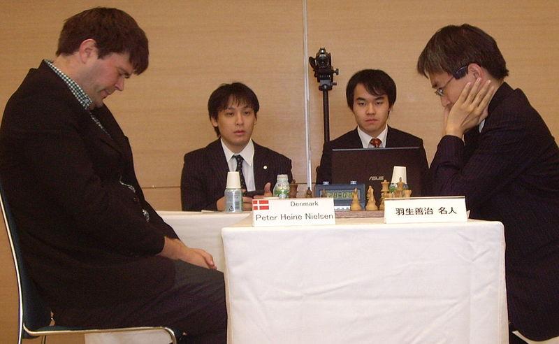 チェスに興じる羽生(国際将棋フォーラム2014)Wikipediaより