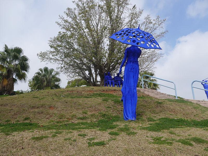 אשה עם מטריה