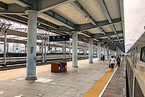 Platforms 2-3 of Hezhou Railway Station (20190420085928).jpg