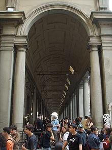 Turisti in fila alla Galleria degli Uffizi a Firenze