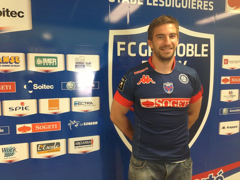 Benhamin Thiery wears the shirt of the FC Grenoble Rugby