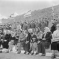 Publiek, waaronder militairen en moeders met kinderen, bij de militaire parade b, Bestanddeelnr 255-0983.jpg