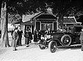 Publiek bij een Rolls Royce, Bestanddeelnr 255-8690.jpg
