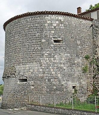 Pujols, Lot-et-Garonne - Image: Pujols (Lot et Garonne) Vestige de la tour nord est de l'ancien château fort
