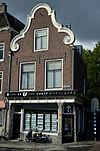 foto van Hoekpand met met verdieping en kapverdieping onder met pannen gedekt zadeldak
