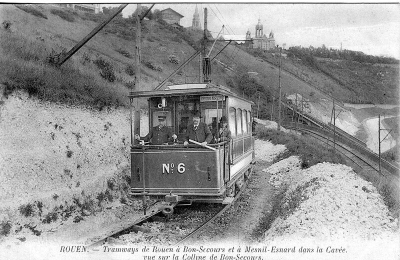 Blanc et Noir ... Noir et Blanc ... - Page 5 800px-ROUEN_-_tramways_de_Rouen_%C3%A0_Bon-Secours..._dans_la_Cav%C3%A9e_-_Vue_sur_la_colline_de_Bon-Secours