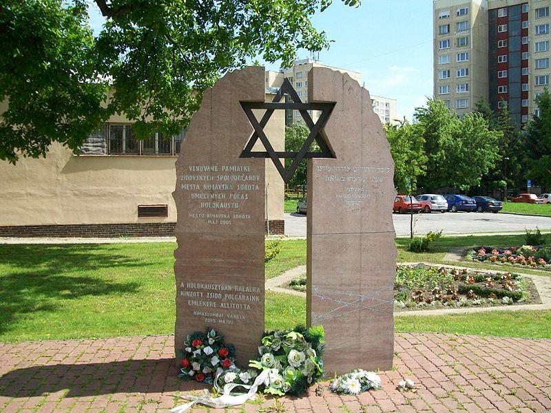 File:Rimavská Sobota - Pamätník obetiam holokaustu.jpg