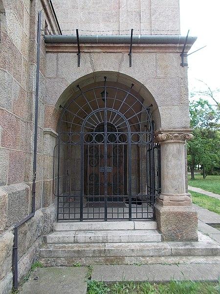 File:Saint Vincent de Paul church (1936). Sacristy gate. - Budapest.JPG