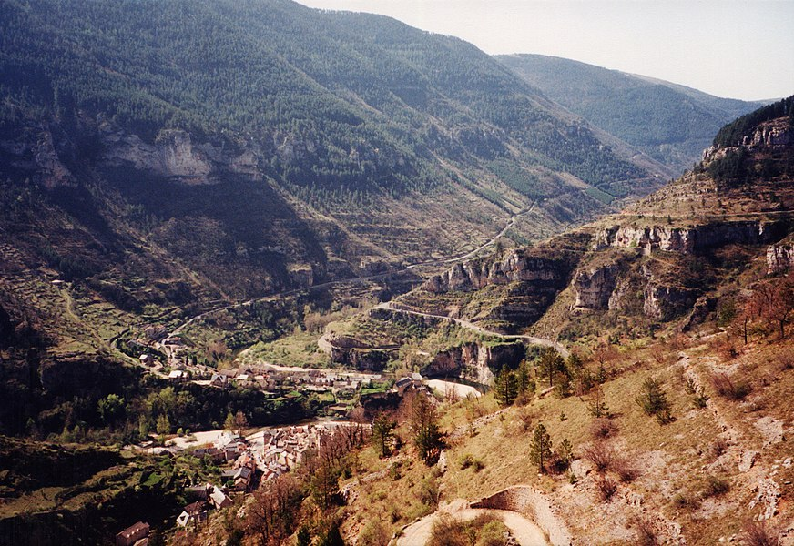 Gorge du Tarn avec Sainte Enimie, Lozère, France from the street from the Causse de Sauveterre heading SSW. On the left the slope of the Causse Méjean.