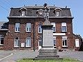 Sars-Poteries (Nord, Fr) monument aux morts, école, médiathèque.jpg