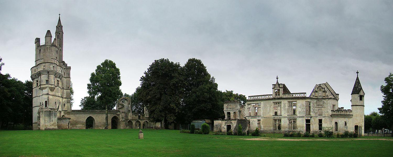 Septmonts, Aisne, Picardie, France.  Donjon, palais des évêques et parc.
