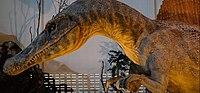 Große Spinosaurierskulptur außerhalb eines Museumsgebäudes