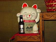 Maneki neko 220px-Super_luky_cat_(with_a_beer)
