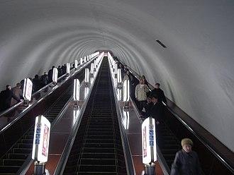 Teatralna (Kiev Metro) - Escalators at the station.