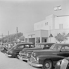 Tel Aviv, 1949. Demonstrerende gedemobiliseerde militairen voor het gebouw van d, Bestanddeelnr 255-1325