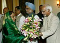 The Vice President, Shri Mohd. Hamid Ansari presenting the bouquet to the President, Smt. Pratibha Devisingh Patil on her departure to Lao PDR and Cambodia, at Rashtrapati Bhavan, in New Delhi on September 09, 2010.jpg