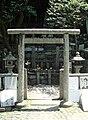 Tomb of Sakamoto Ryoma torii.jpg
