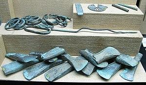 Diverse Werkzeuge und Gebrauchsgegenstände aus Bronze