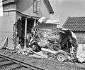 Trein tegen bestelwagen op beveiligde overweg te Maarsen, de totaal vernielde au, Bestanddeelnr 918-0292.jpg
