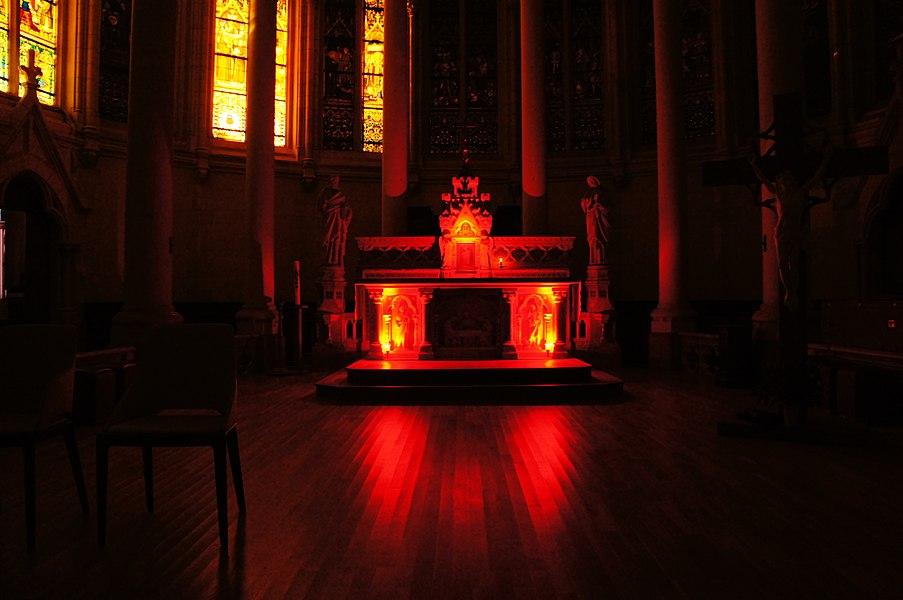 Eclairage du maître autel de l'église Saint Léger d'Orvault en rouge pour le Triduum Pascal