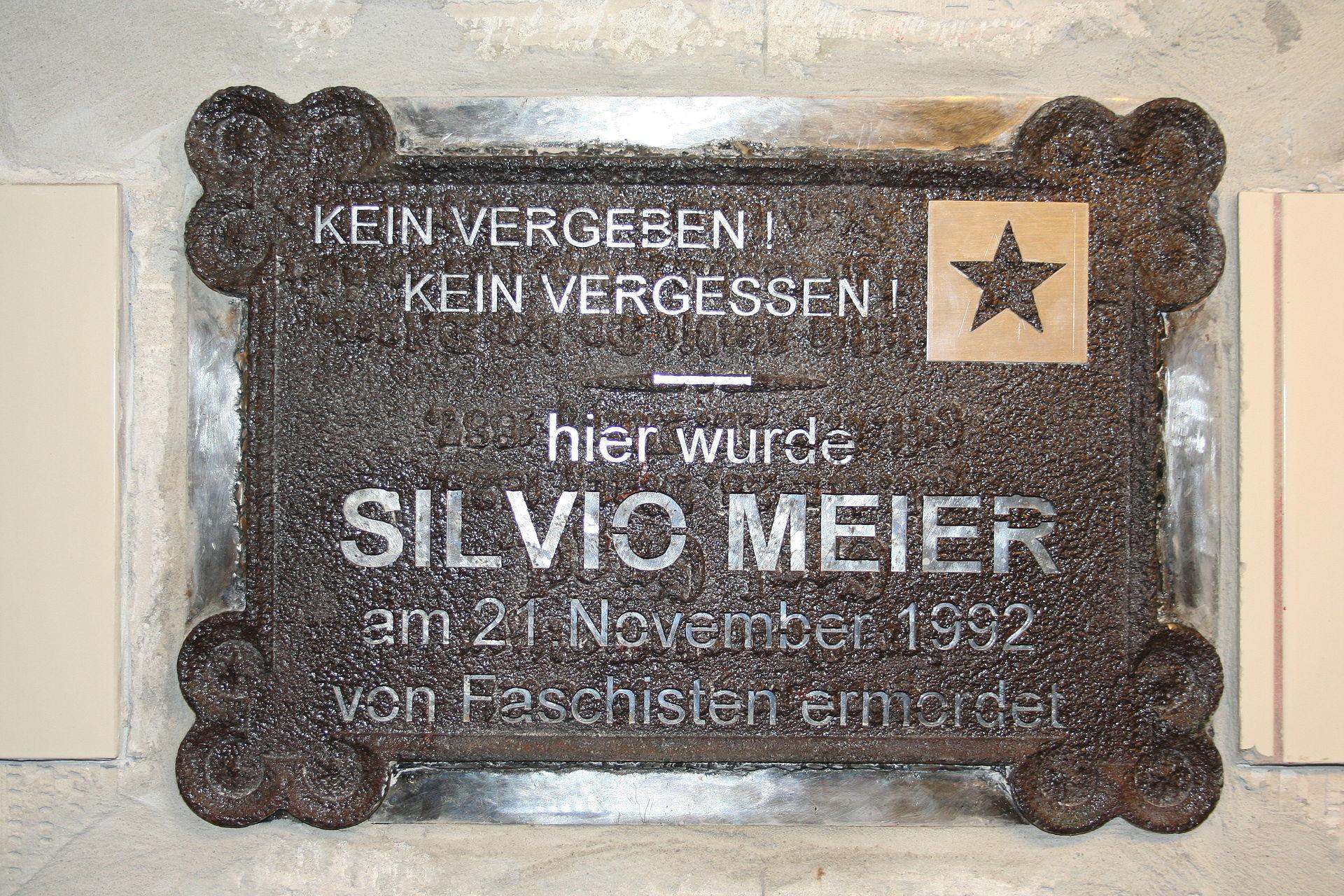 https://upload.wikimedia.org/wikipedia/commons/thumb/b/bb/U_Samariterstra%C3%9Fe_-_Silvio-Meier-Gedenktafel.jpg/1920px-U_Samariterstra%C3%9Fe_-_Silvio-Meier-Gedenktafel.jpg