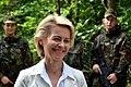 Ursula von der Leyen spricht mit Bundeswehrsoldaten (Sommerreise) (14697129583).jpg