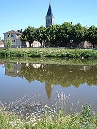Vendenesse-sur-Arroux, l'Arroux et l'église.JPG
