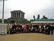 Eine Gruppe Kriegsveteranen posiert vor dem Hồ-Chí-Minh-Mausoleum in Hanoi für ein Foto.
