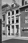 foto van Gepleisterde lijstgevel voor huis onder schilddak met dakkapel