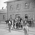 Wachtende reizigers op het station van de Jordaanse grensplaats Dera, Bestanddeelnr 255-5783.jpg