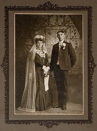 White wedding - Image: Wed dress 002