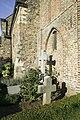 Zicht op enkele grafkruizen op het kerkhof welke in etages rondom de kerk ligt, noordgevel van de kerk - Asselt - 20389552 - RCE.jpg
