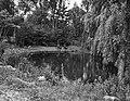 Zomerverblijf van koningin Wilhelmina in Lee (Massachusetts). De tuin met vijver, Bestanddeelnr 934-8341.jpg