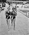 Zwemwedstrijden in Saarbrucken Duitsland-Nederland links Corrie Schimmel en rech, Bestanddeelnr 910-4796.jpg
