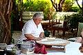 Женщина делает турецкие лепёшки.JPG
