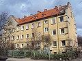 Жилой дом с барельефом девушки на стене 01.jpg