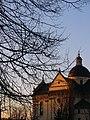 Жовква, костел Св. Лаврентія. Вигляд з південно-східного боку пл. Вічевої.jpg