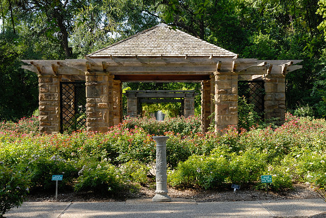 File:0011Fort Worth Botanic Garden Oval Rose Pavillion N Texas.jpg ...