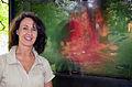 004g03e Pressekonferenz WasserKunst Zwischen Deich und Teich, die Künstlerin Susanne Hoffmann vor ihrer Video-Arbeit TIMELESS in der historischen Parkanlage vom Edelhof Ricklingen in Hannover.jpg