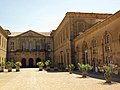 107 Abadia de Santa Maria, pati d'entrada, flanc sud-oest.jpg