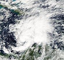 Immagine satellitare di una tempesta tropicale in via di sviluppo nel Mar dei Caraibi centrale.  Le nuvole si estendono a nord-est verso Hispaniola ea sud-est verso il nord del Sud America.