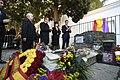 2019-02-24, El presidente del Gobierno, Pedro Sánchez, descubre una placa conmemorativa en la tumba de Antonio Machado en el cementerio de Colliure, exilio5.JPG