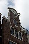 foto van Huis met halsgevel met eenhoorn in de afdekking