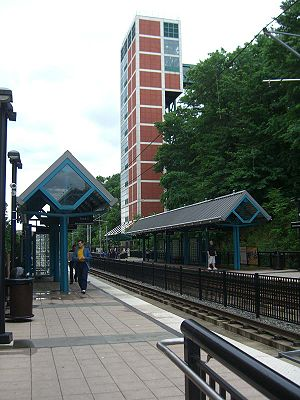 9th Street–Congress Street (HBLR station) - Station platforms with elevator to Jersey City Heights