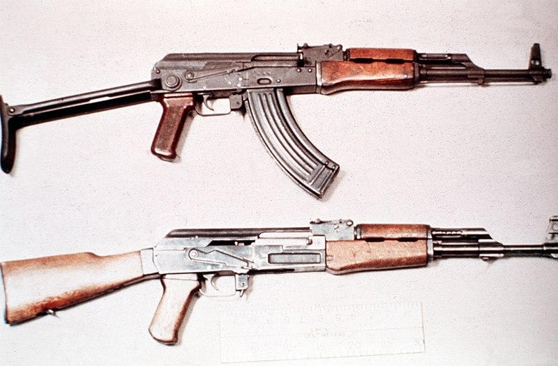 جميع الأسلحة المستخدمة من طرف الجيش الجزائري 800px-AKMS_vs_AK-47